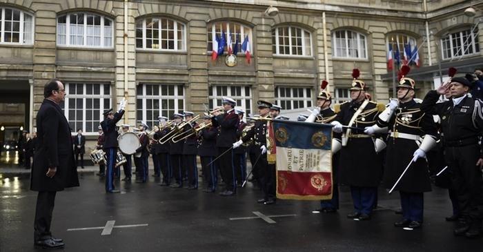 Saldırıdan hemen önce bir konuşma yapan Fransa Cumhurbaşkanı Francois Hollande, 2017'ye kadar polis ve jandarma birimlerine 5 bin kişi katılacağını duyurmuştu.