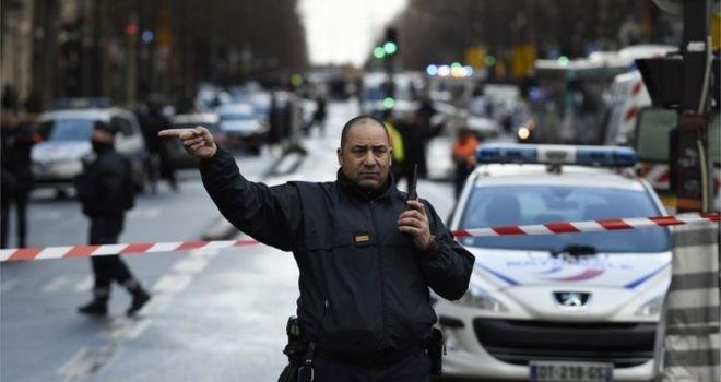 Geçen yıl 7 Ocak'ta Paris'te Charlie Hebdo dergisinin bürosuna düzenlenen terör saldırısında 12 kişi hayatını kaybetmişti. Kentte kurbanları anma törenleri sürüyor.