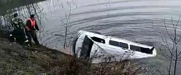 161202-çinde-minibüs-göle-düştü.jpg