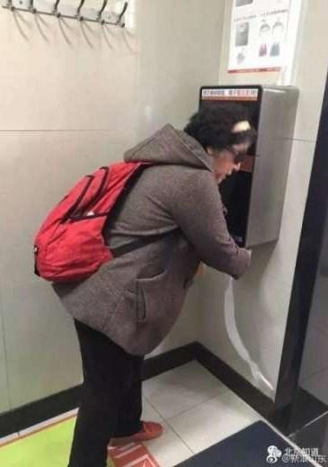 Tuvalet kağıdı almak isteyenlerinkameraların önünde üç saniye durması gerekiyor.