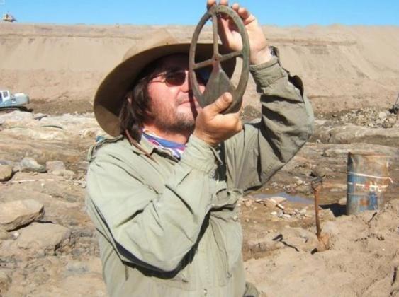 Dr. Dieter Noli enkazdan çıkan malzemeleri inceliyor.