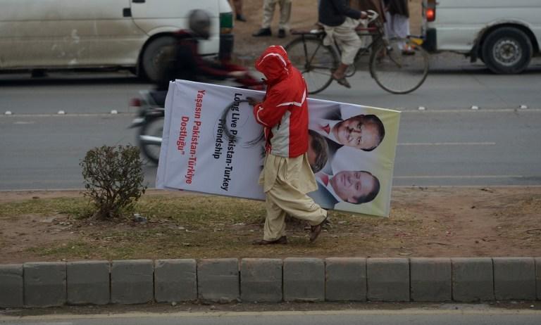 Davutoğlu'ndan önce posterleri İslamabad'da