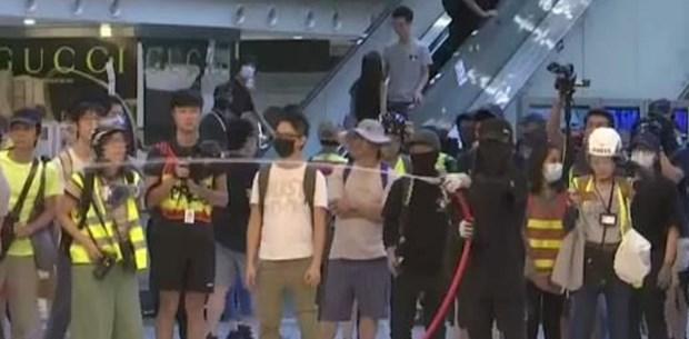 Hong Kong'da göstericiler bir alışveriş merkezini işgal etti