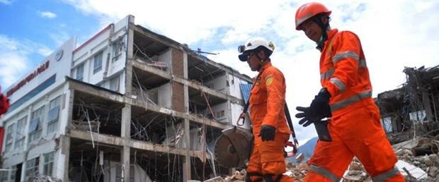 endonezya deprem061218.jpg