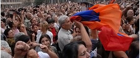 Ermenistan muhalefeti sokağa döküldü