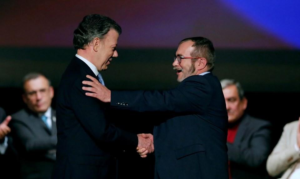 Kolombiya Devlet Başkanı Juan Manuel Santos ve Marksist lider Rodrigo Londono (Timoşenko) ülkenin başkenti Bogota'da barış anlaşmasını imzaladı.