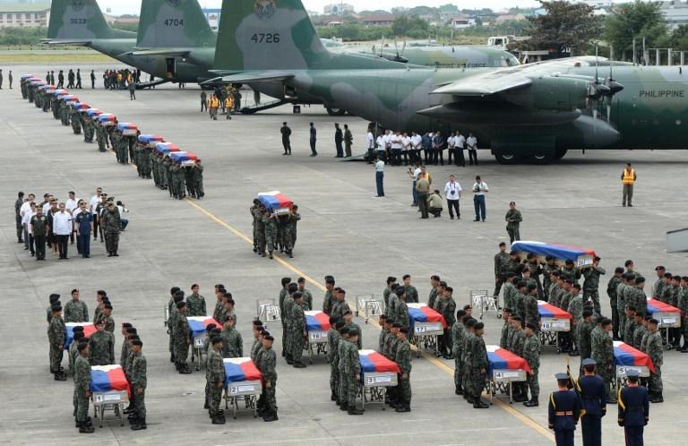 Filipinler 44 polis için yas tutuyor