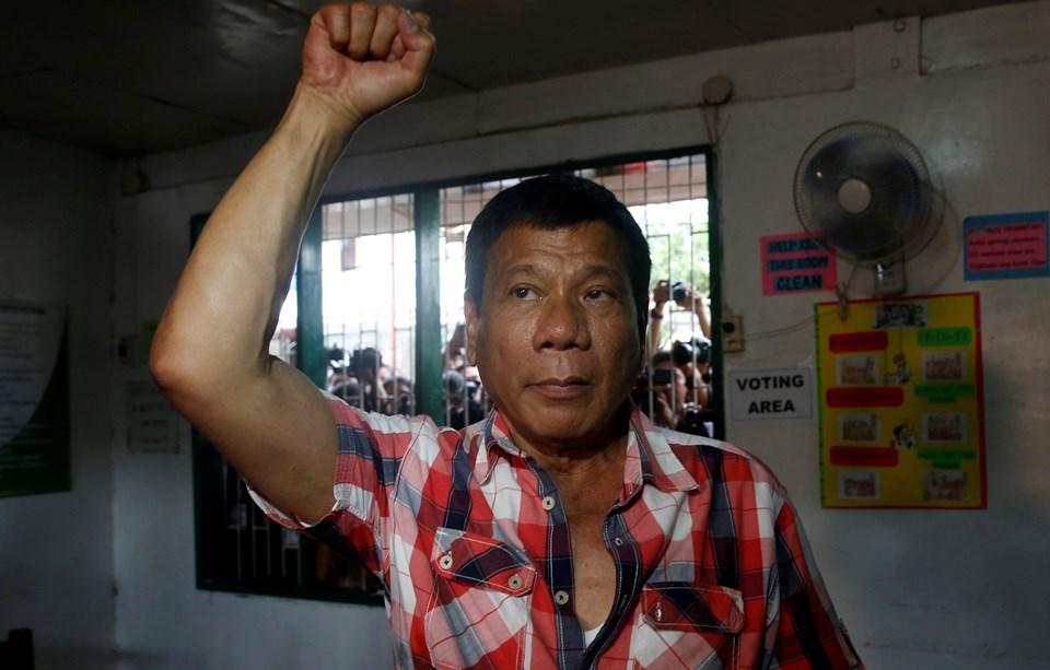 """Seçimleri kazanan 71 yaşındaki hukukçu Duterte, rakiplerine """"barışalım"""" mesajı gönderdi."""