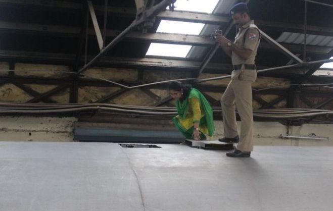 Trenin çatısında bir kişinin girebileceği bir büyüklükte delik açıldı. Hırsızlar buradan vagona girerek860 bin dolar değerinde Hint rupisinin çaldı
