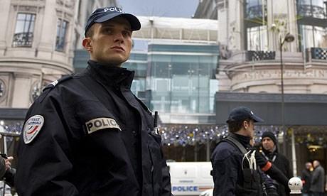 Fransız polisi yolda kimlik kontrolü içinhep esmer tenlileri durduruyor.