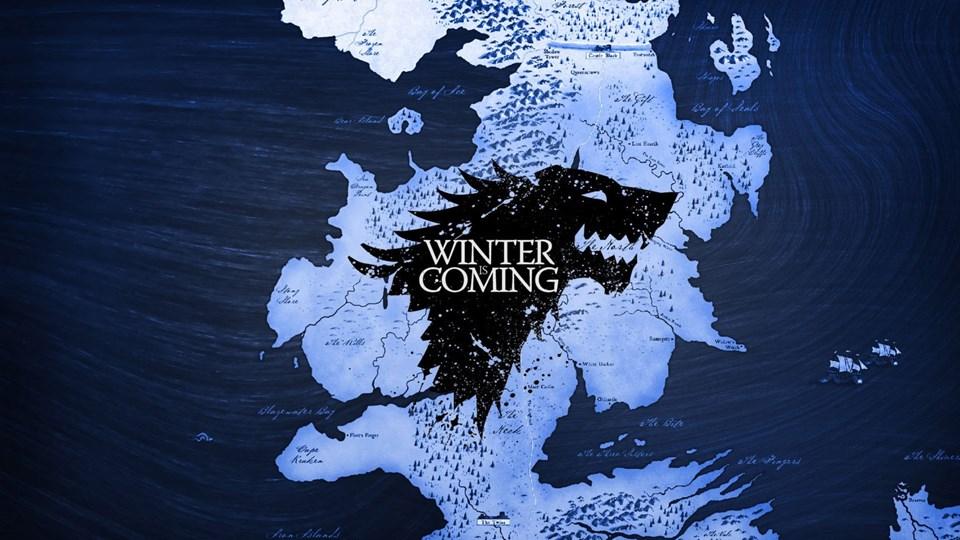 Dünya genelinde on milyonlarca kopya satan kitapta Stark ailesinin sıklıkla sarf ettiği bu cümle kötü günlerin yakın olduğunu anımsatmak için aile bireyleri tarafından sarf ediliyordu.