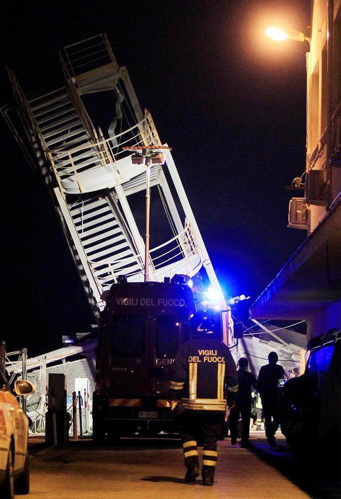 Gemi kontrol kulesine çarptı