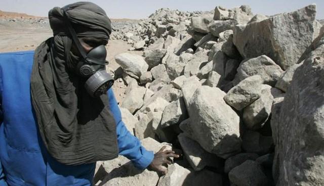 Nijer'de bir maden işçisi, uranyum barındırankayaları inceliyor