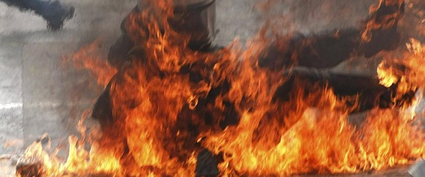 Göstericiler banka yaktı, kan döküldü