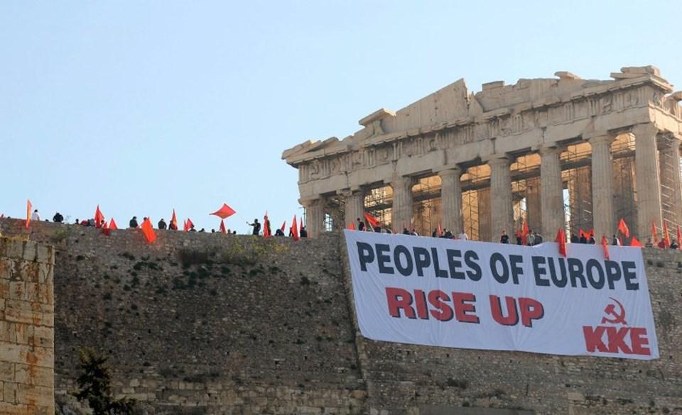 """Yunanistan Komünist Partisi Parthenon'a dev bir """"Avrupa Halkları Ayağa Kalkın"""" pankartı astı."""