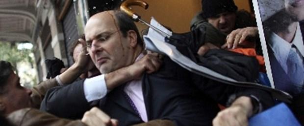 Göstericiler eski bakanı dövdü