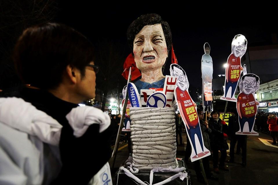 Skandalın patlak vermesiyle Güney Koreliler sokaklara döküldü. 6 haftadır başkent Seul sokaklarında onbinlerce kişinin katıldığı gösteriler düzenleniyor.