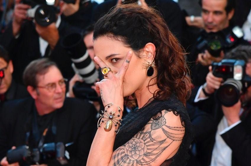 İtalyan aktris Asia Argento 1997 yılında 21 yaşındayken Paris'te yapımcı Harvey Weinstein'in tecavüzüne uğradığını iddia etti. Weinstein'in kendisini otel odasına davet ettiğini ve burada tecavüze uğradığını ileri sürdü.