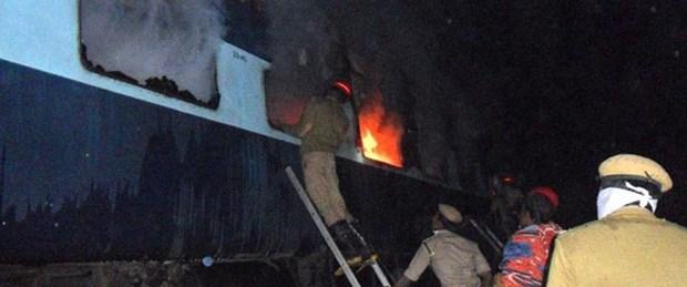 Hindistan'da yolcu treninde yangın: 9 ölü