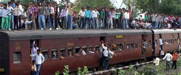 Hindu hacılara tren çarptı: 20 ölü