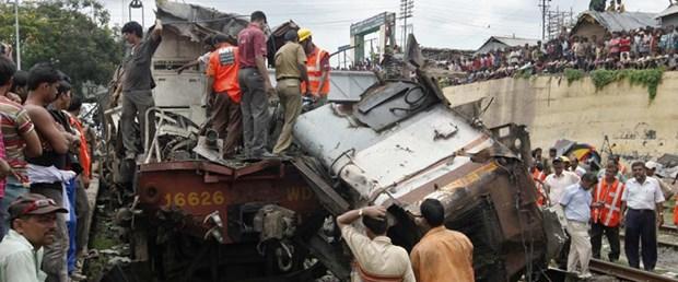 İki yolcu treni çarpıştı: En az 57 ölü
