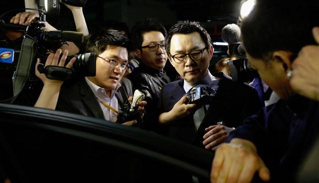 Seul'a dönen Yoon Chang-jung, düzenlediği basın toplantısının ardından gazeteci ordusu tarafından kuşatıldı.