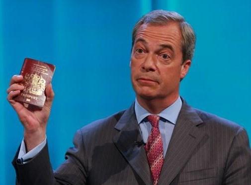 Nigel Farage, kameraya İngiliz pasaportunu gösterdi.