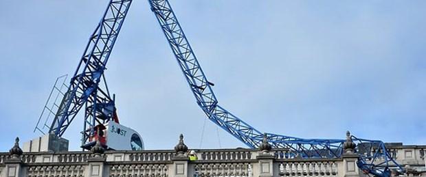İngiltere'de hükümet binasına vinç devrildi