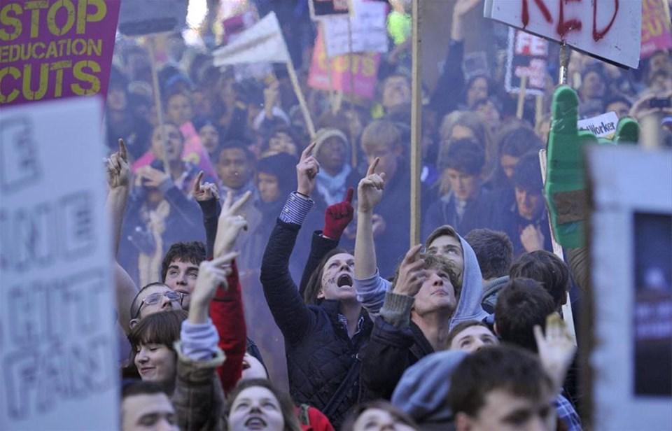 İngiltere'de öğrenciler ayağa kalktı