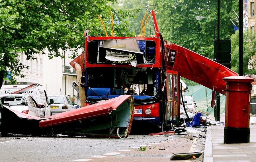 Başkent Lonrda'da 7 Temmuz 2005'te düzenlenen eş zamanlı bombalı saldırılarda 52 kişi yaşamını yitirmişti.