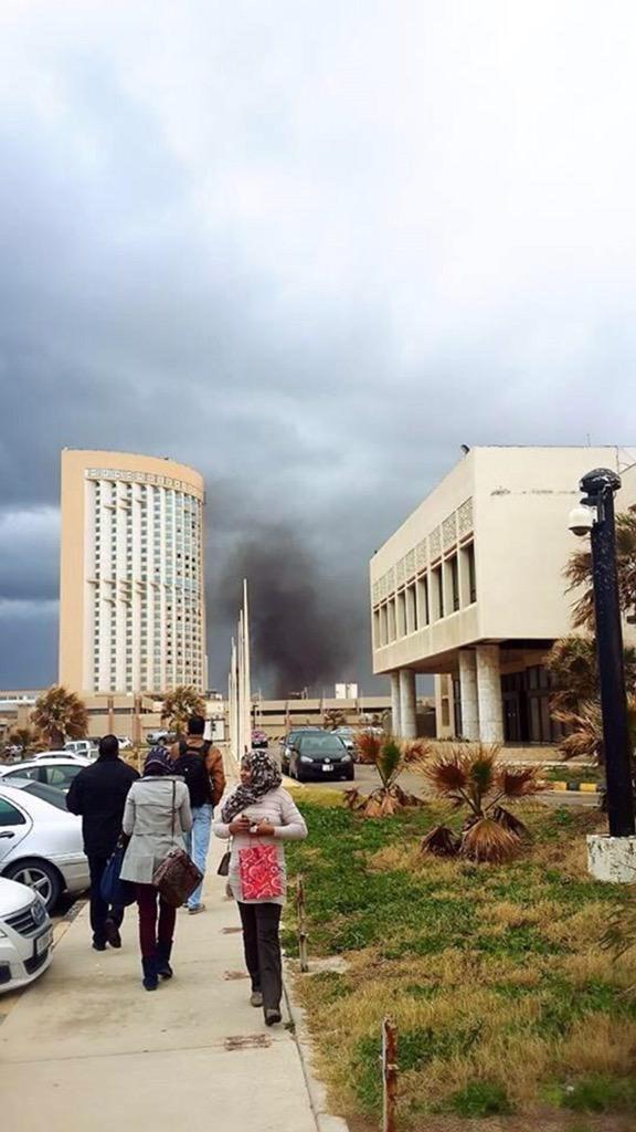 Libya'nın başkenti Trablus'ta silahlı militanlar Corinthia Hotel'i bastı.