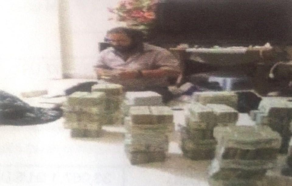 IŞİD'in petrol ticaretinden sorumlu Ebu Sayyaf, kazanılan paraları sayıyor.