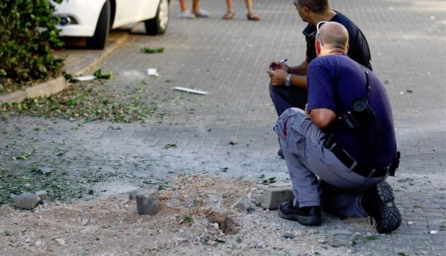 İsrail'e düşen roketlerden biri yerleşim birimlerinde hasara yol açtı.