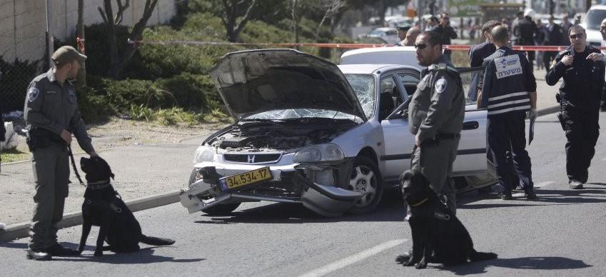 Filistinli bir saldırgan otomobilini tramvay durağında bulunan kalabalığın üzerine sürdü.