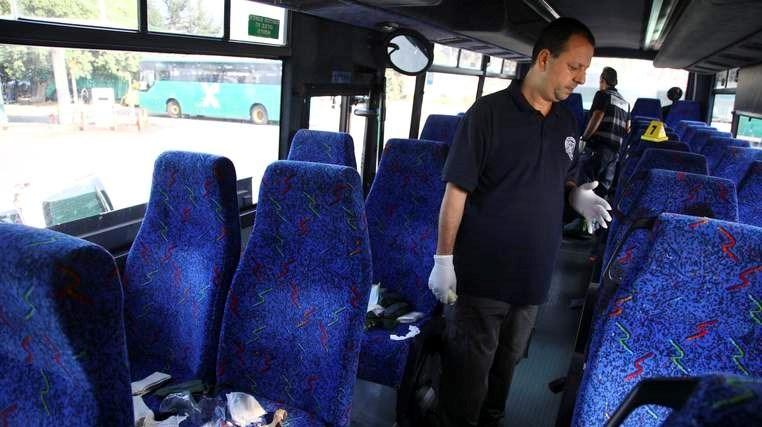 Olay yerinde geniş güvenlik önlemleri alan İsrail polisi, otobüsün içinde incelemelerde bulundu.