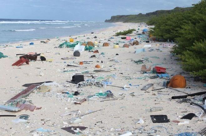 Metrekareye 671 plastik atığın düştüğü ada, açık hava çöplüğüne döndü.