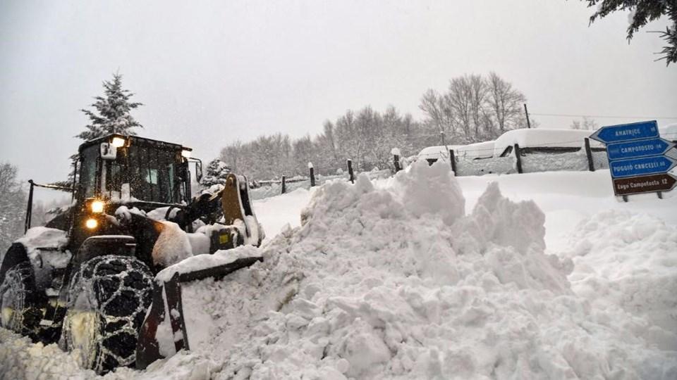 Yoğun kar yağışının da etkili olduğu İtalya'nın orta kesimlerinde dün art arda 3 deprem meydana gelmişti.