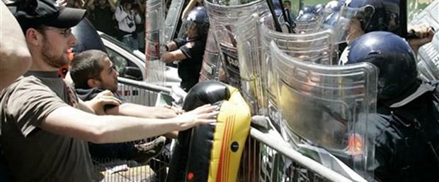 İtalya'da öğrenciler polisle çatıştı