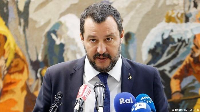 İtalya İçişleri Bakanı Salvini sığınmacı dostu köydeki göçmenlerin başka bölgelerdeki kamplara gönderileceğini söyledi.