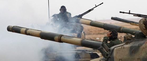 Kaddafi bombardımana rağmen saldırıyor