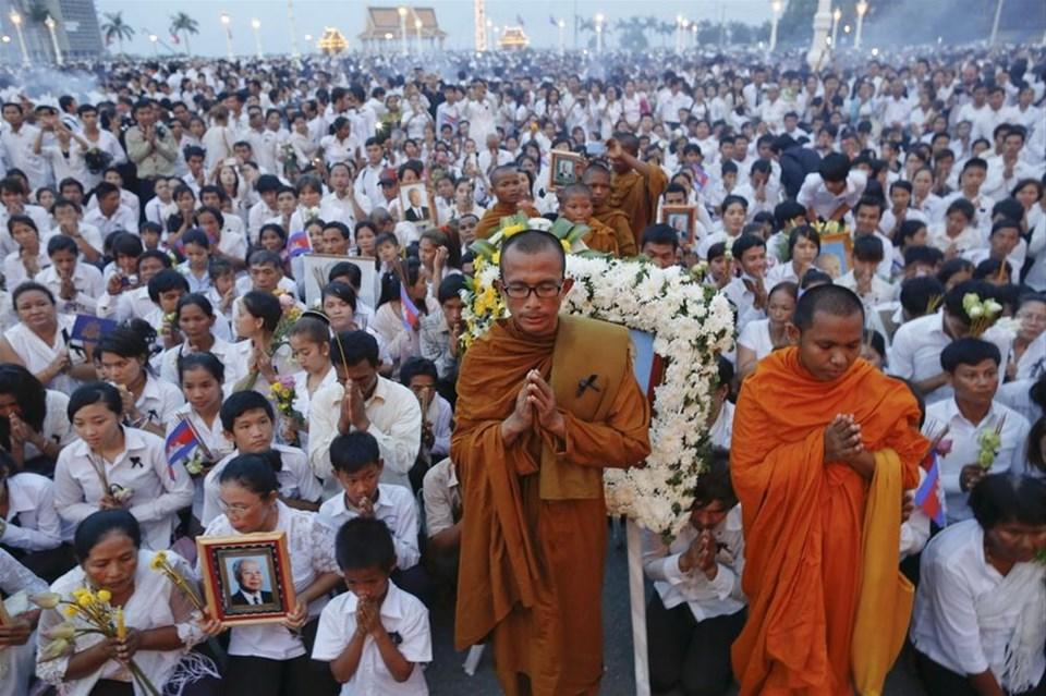 Kamboçya 'Kral Baba'sına ağladı