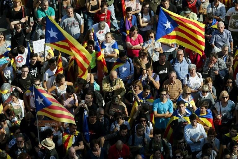 Katalonya parlamentosunda bağımsızlığın ilan edildiği saatlerde sokakta olan Katalanlar da sevinç gösterisi yaptı.