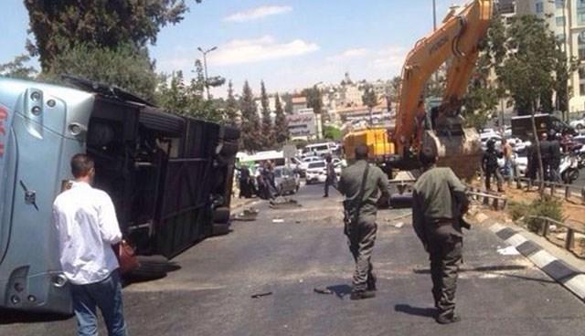 Kepçeyle İsrail otobüsüne saldırdı
