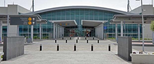 larnaka havalimanı sırp öğrenci190417.jpg