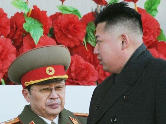 Kim ve bir zamanlar akıl hocası olarak bilinen Jang Song Thaek.