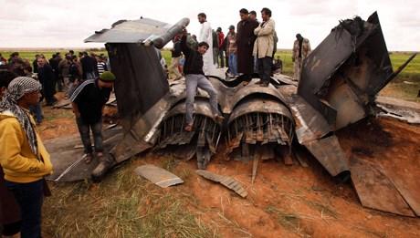 Libyalılar düşen ABD uçağının etrafını sardı.