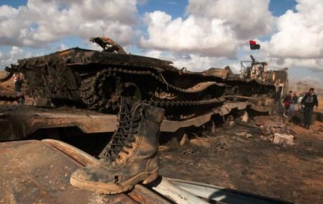 Yaşanan çarpışmalarda vurulmuş bir Libya tankı