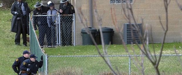 Köpekleri için 3 polisi öldürdü