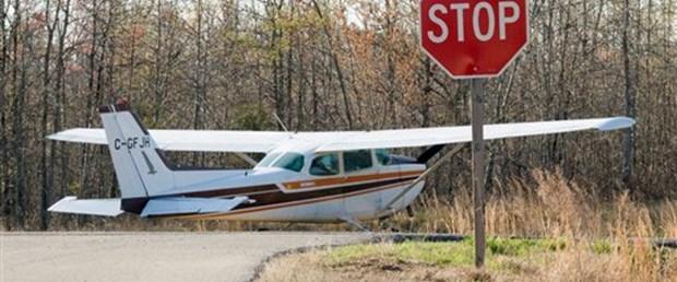 Küçük uçak caddeye çakıldı