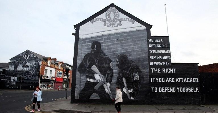 IRA'nın eski başkomutanlarından olan Martin McGuinness, örgütün silah bırakmasında önemli bir rol üstlenmişti.